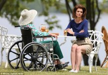 3524603C00000578-3636268-Tea_time_Katie_and_Diana_filmed_an_outdoor_scene_together_gather-a-38...jpg